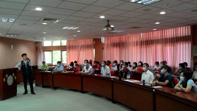台北榮家召開109年廉政會報,邀請廉政官蒞家專案法紀教育宣導(台北榮家提供)。
