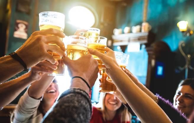 知名營養師高敏敏警告,「喝酒=喝油」真的不是在開玩笑,喝下的酒精濃越高、熱量就越高。(達志影像/shutterstock)