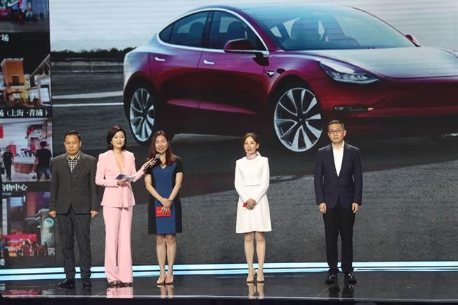 特斯拉全球副總裁陶琳(左3)。中新社資料照片