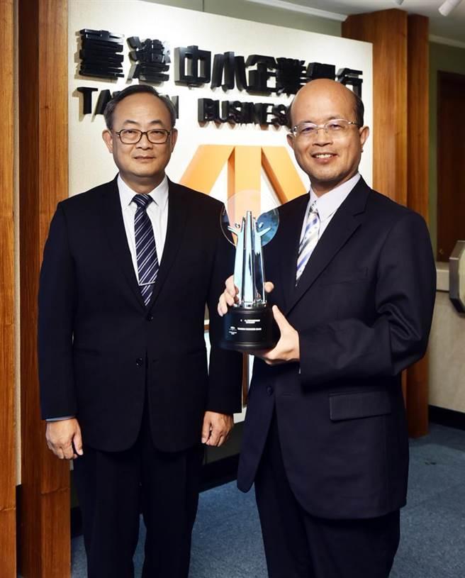 臺灣企銀奪AREA亞洲企業社會責任獎,右為董事長黃博怡、左為總經理張志堅。圖/臺灣企銀提供