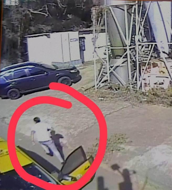 監視器拍下犯案男子逃逸的畫面。(民眾提供/林欣儀台中傳真)