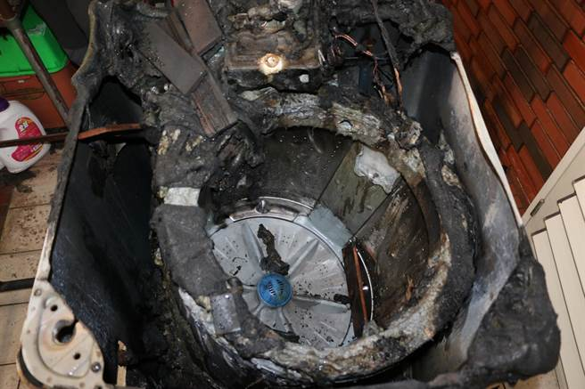 火災調查人員現場勘查後,發現起火原因為洗衣機面板下方內部配線搭鐵致短路起火。(花蓮消防局提供/羅亦晽花蓮傳真)