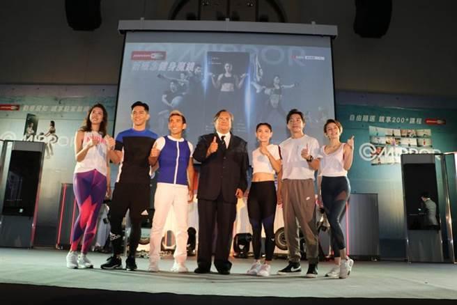 喬山台灣區總經理蔡慶裕(左4)23日首度發表「新概念健身魔鏡」(Mirror),並與代言人、教練們,及兩旁的Mirror新產品合影。(圖/劉朱松)
