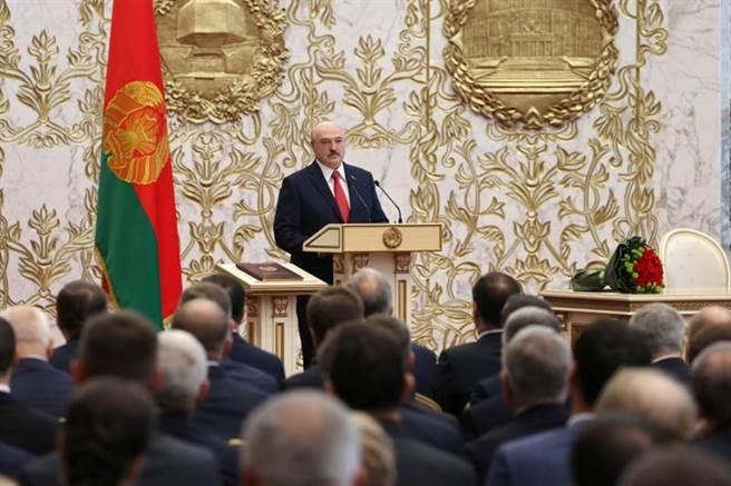 白羅斯萬年總統盧卡申科,23日秘密舉行宣誓就職典禮。(路透)