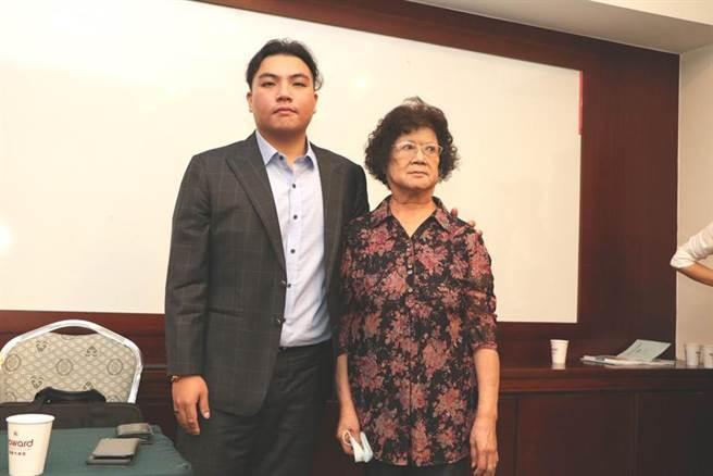 裕國董事長楊育偉(左),23日以最高票當選裕國董事,會後與祖母、集團副總裁楊吳奈美合影。(圖/劉朱松)