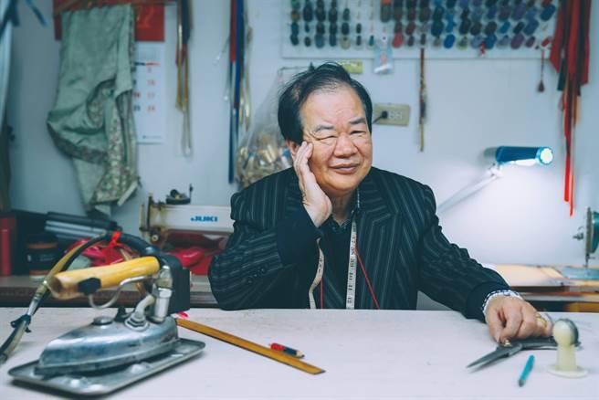 「上海華美漢唐旗袍工作室」師傅林錦德。(THE上海提供)