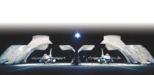 面對共機持續侵擾,國軍22日執行「聯合防空作戰訓練」。圖為F-16V準備拂曉升空巡弋情形。(軍聞社)