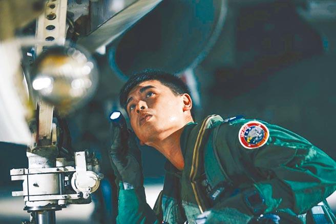 國軍22日清晨執行聯合防空作戰訓練。圖為戰機升空巡弋前檢查情形。(軍聞社)