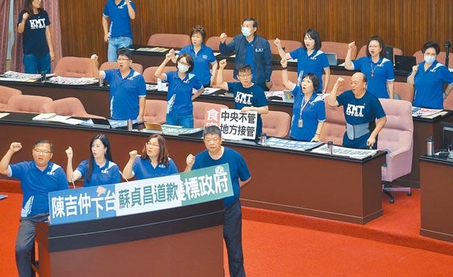 立法院22日院會,針對瘦肉精美豬進口事件,國民黨立委霸占官員席,要求行政院長蘇貞昌先道歉再報告。(姚志平攝)