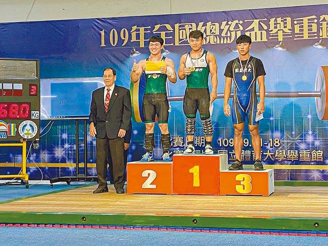 第一銀行舉重隊好手高展宏(右二)表現亮眼,於全國總統盃舉重錦標賽三破全國紀錄,勇奪金牌。(一銀提供)