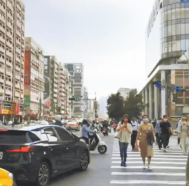 北市議員汪志冰22日發現,行人在馬路上慢慢走情形相當普遍,造成右轉車輛回堵,要求交通局與交通警察大隊加強疏導。(北市議員汪志冰提供/張穎齊台北傳真)