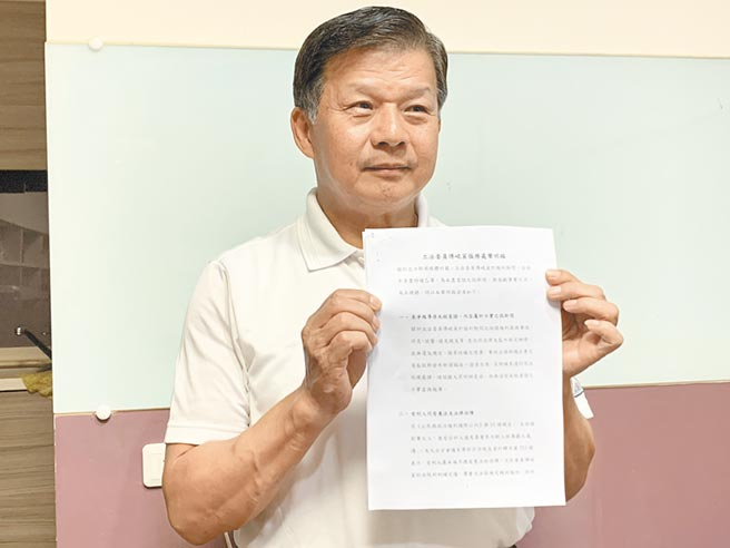 傅崐萁服務處處長陳文卿出示聲明,針對傅被爆享特權,指這是未經查證的假新聞、假消息,但目前不考慮提告。(王志偉攝)