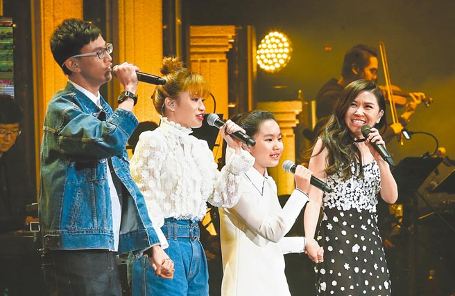 馬毓芬(右)兩年前曾在音樂會上,帶馬兆駿的3名子女上台。(資料照片)