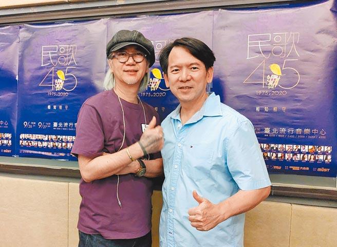 李建復(右)與導演李明智提醒歌迷先吃飽再到北流看演唱會。(獨一無二娛樂文化提供)