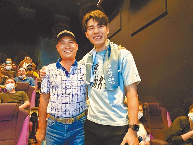 陳昊森(右)回到台中宣傳,爸爸驚喜探班。(氧氣電影提供)