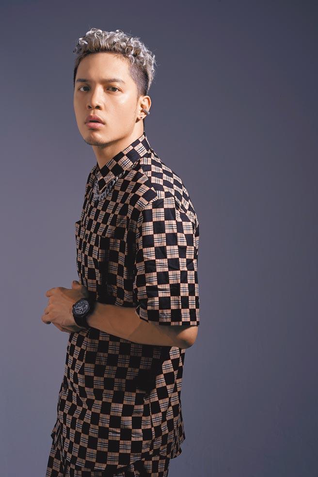 J.Sheon從網路歌手發跡,唱腔特殊,今年入圍金曲獎最佳男歌手,佩戴Zenith真力時DEFY EL PRIMERO 21 BLACK CARBON腕表,60萬7300元。(服裝提供/Burberry.攝影/JOJ PHOTO)