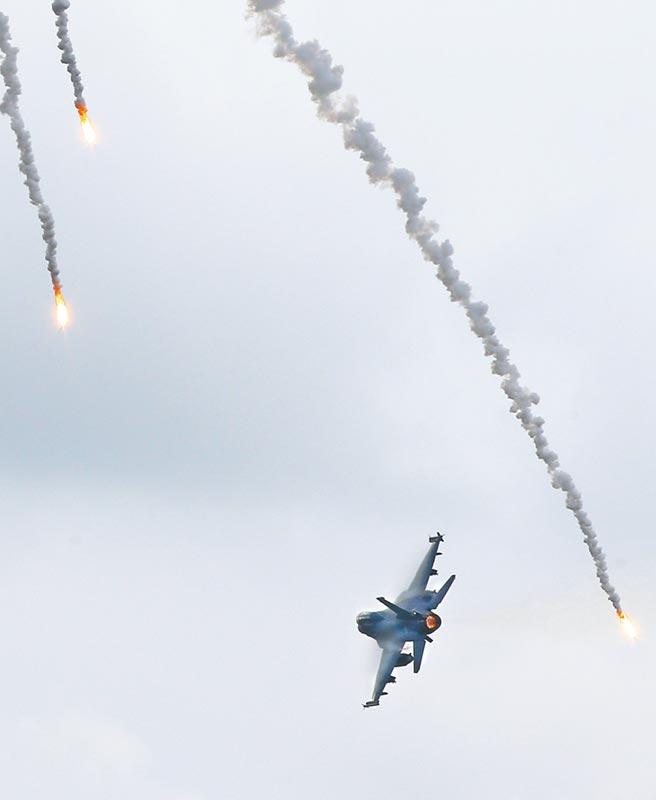 7月9日,「三軍聯合反登陸作戰操演」,F-16戰機投彈攻擊登陸船艦後丟下熱焰彈脫離。(本報系資料照片)