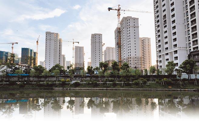 監管壓力加大,大陸房企債券融資規模明顯收縮。圖為福建福州市一處建設中的住宅。(中新社資料照片)