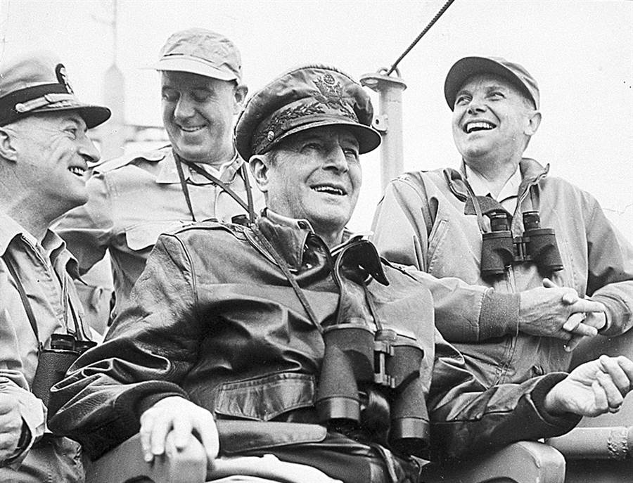 韓戰中的麥克阿瑟將軍,當時把北韓逼到鴨綠江畔,導致毛澤東決定參戰。(圖/美國國防部)