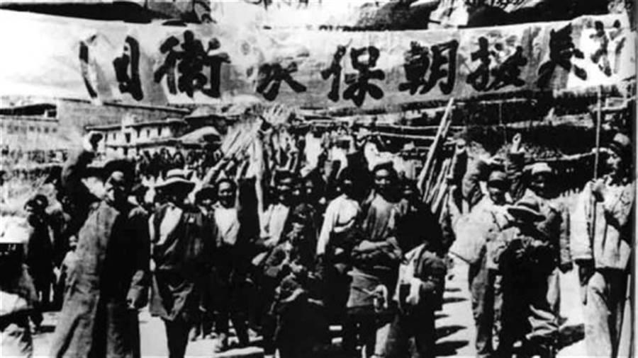 毛澤東從蘇聯手中要回了旅順大連,卻因此間接導致韓戰爆發,失去了攻打台灣的機會。圖為中共以「抗美援朝」名義參加韓戰。(圖/網路)