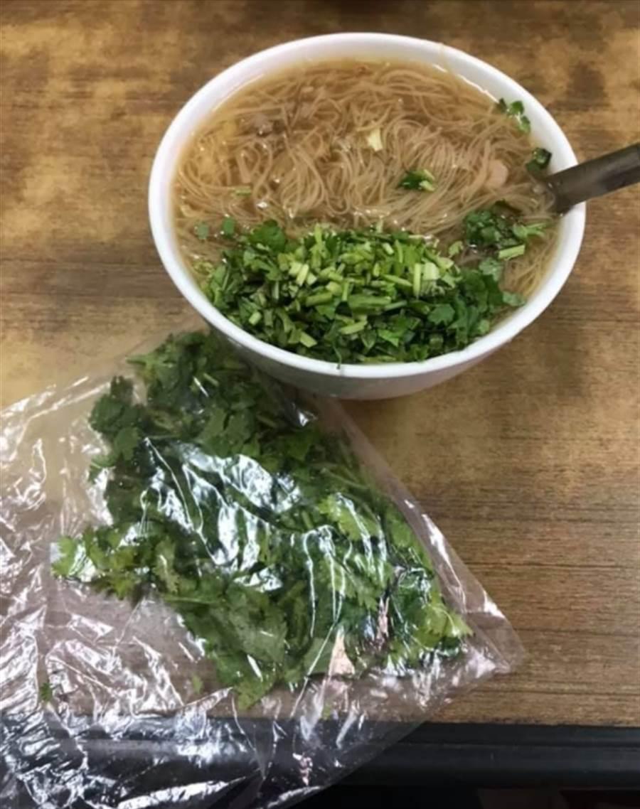 網友PO出自己吃大腸麵線時,都會自備一袋香菜。(圖/截自臉書爆廢公社)