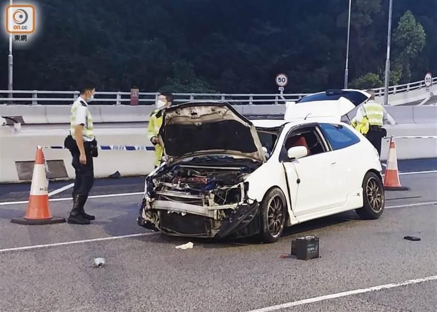 香港22日凌晨發生一起跑車車禍,男司機疑似沒繫安全帶,拋出車外頭部重創而亡。(照片來源:香港《東網》)