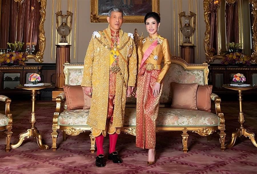泰王瓦吉拉隆功和詩妮娜(Sineenat Wongvajirapakdi)王妃合影的資料照。(達志圖庫/TGP)