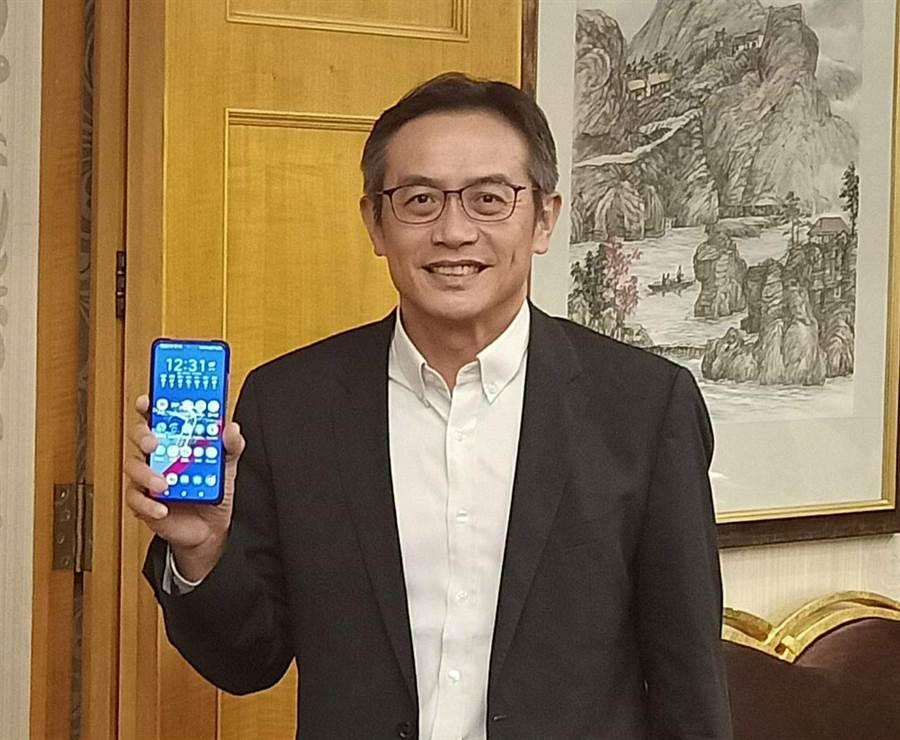 華碩全球副總裁林宗樑展示新手機ZenFone 7系列,看好換機潮。(任珮云攝)