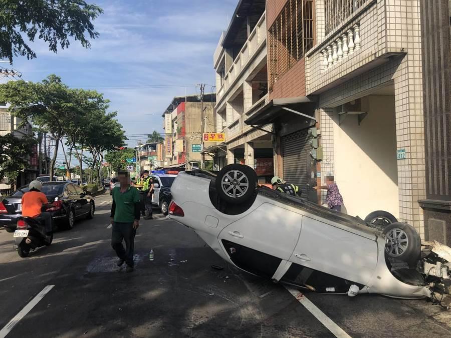 蘆竹富國路23日下午發生一起車禍,駕駛載著兩名男童,其中一名男童當場無呼吸心跳,趕緊送醫急救。(姜霏翻攝)