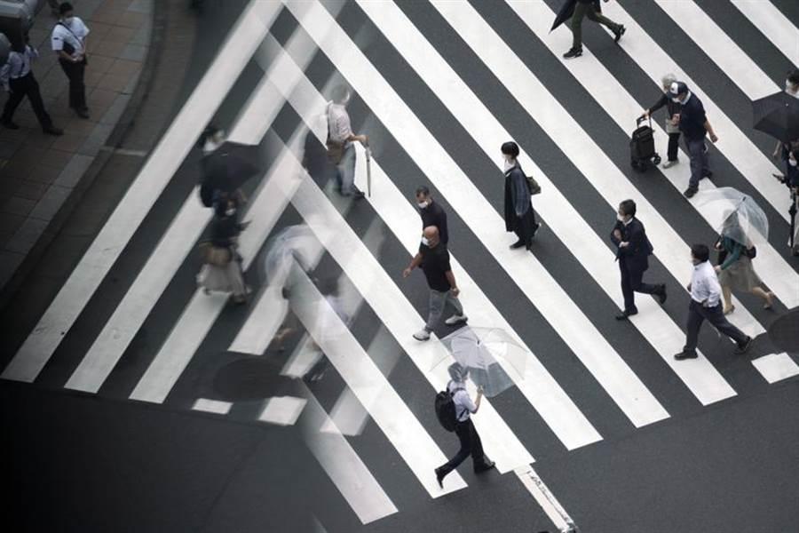 日本媒體23日報導,政府最快下月初就會大幅放寬外國人入境,不過主要對象將是在日本逗留3個月以上的中長期居留者,短期遊客仍遭拒之門外。(美聯)