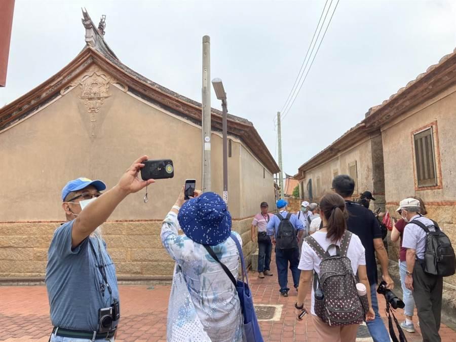 走入金門傳統聚落,轉角處遇見充滿故事的歷史建築。(金門縣府觀光處提供)