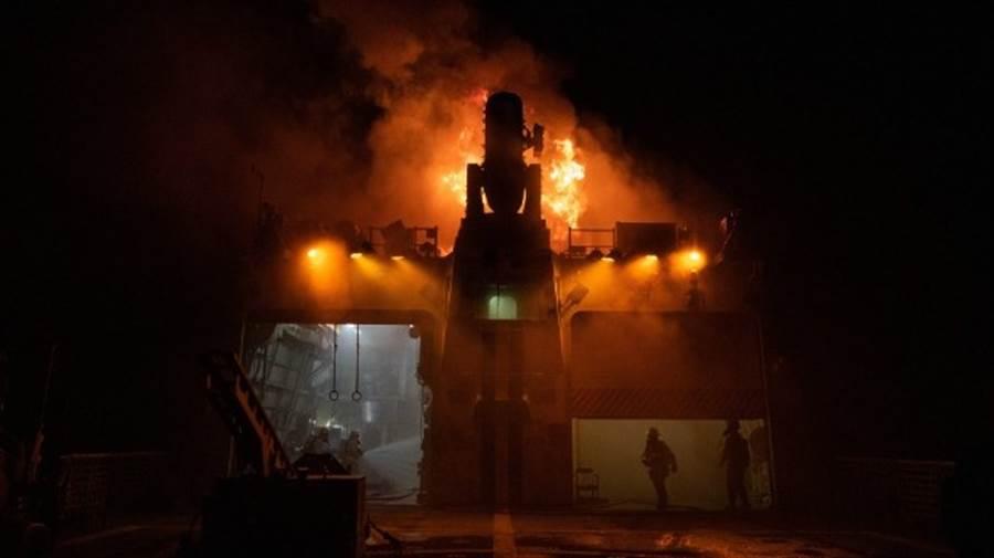 魏許號在煙囪附近失火,顯然還頗嚴重。(圖/USCGC)