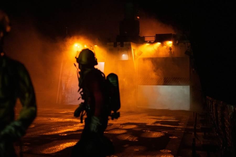 與失火奮戰的魏許號消防員。(圖/USCGC )