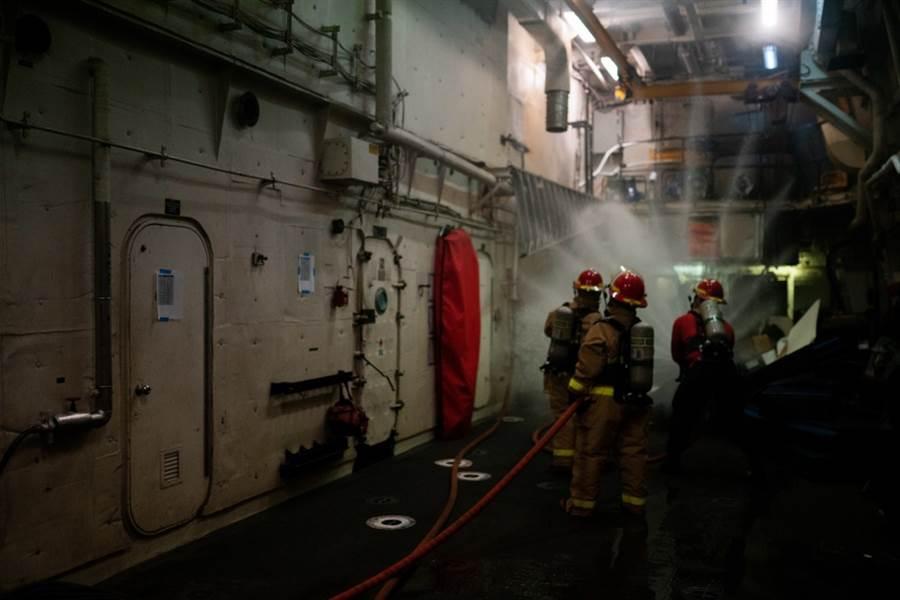 魏許號消防員在輪機室外預防性降溫。(圖/USCGC )
