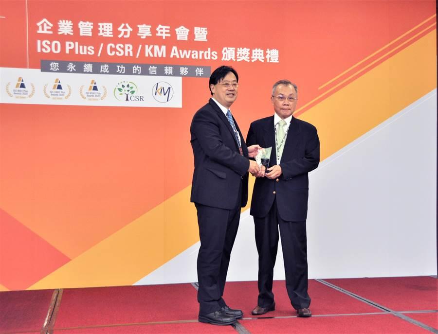 亞泥奪SGS CSR菁英獎,亞泥首席執行副總張英豐出席領獎,左為SGS總裁邱志宏。(亞泥提供)