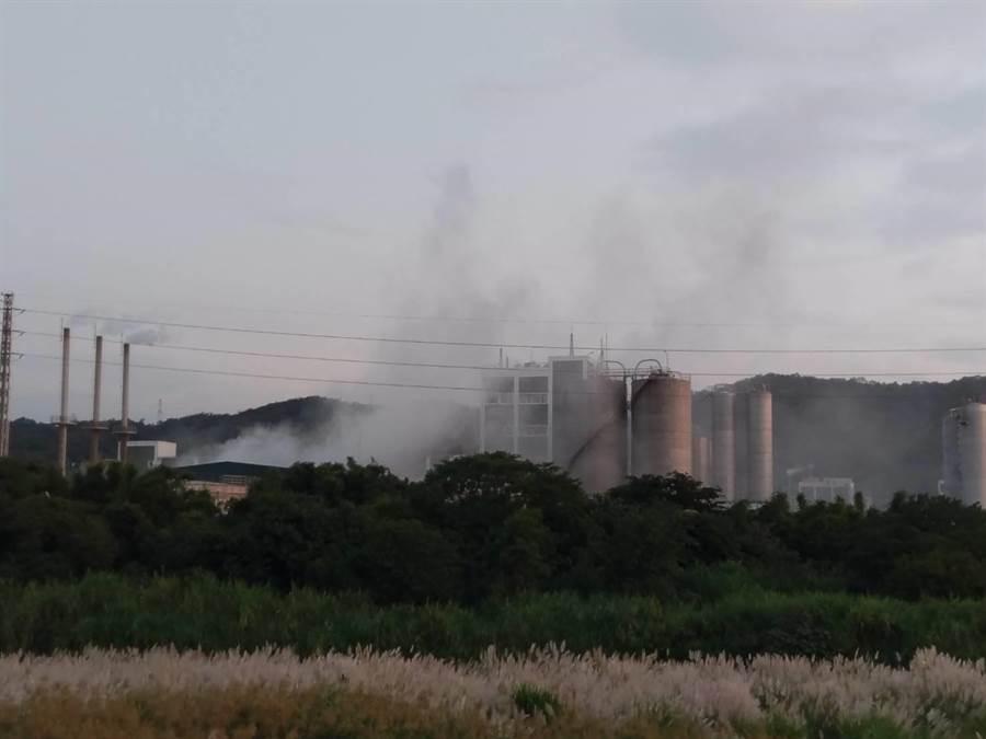 遠東化纖公司新埔廠23日傍晚傳出熱煤油外洩,導致異臭瀰漫。(新竹縣議員陳新源提供/莊旻靜新竹傳真)