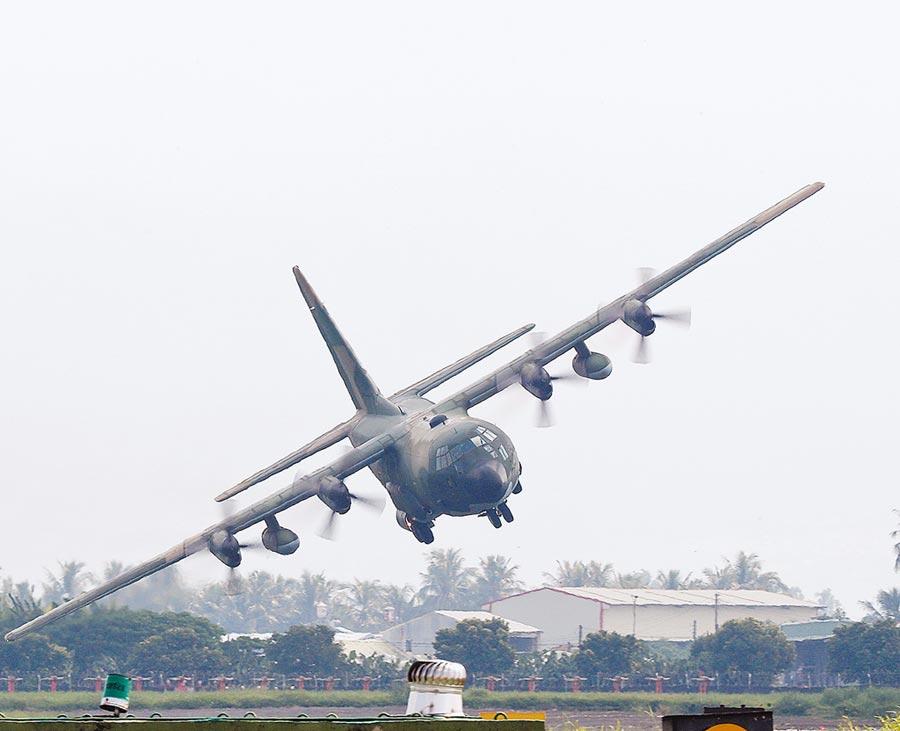平日以運補、協助疏運任務的C-130運輸機22日在屏東進行性能展演,進行「戰術下降」科目。(陳怡誠攝)