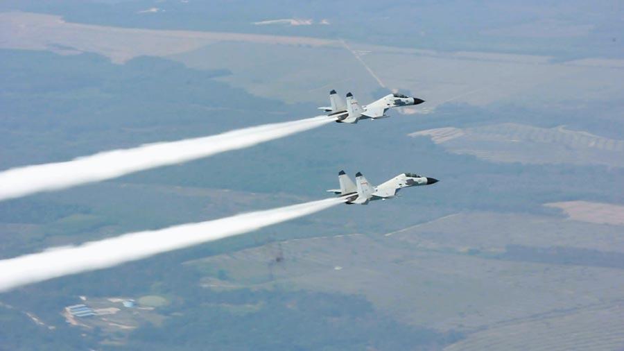 共军南海舰队航空兵某师在南海演习,图为编队出击。(中新社资料照片)