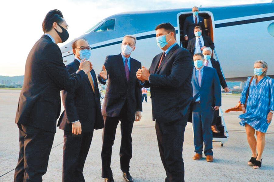 9月17日,美國國務院次卿柯拉克(左4)訪台,拱手向接機的外交部官員致意。(外交部提供)