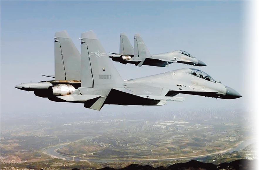 大陸近日派出殲-16(見圖)、殲-10、殲-11、轟-6等軍機對我空域襲擾,甚至越海峽中線。(取自中國軍網)