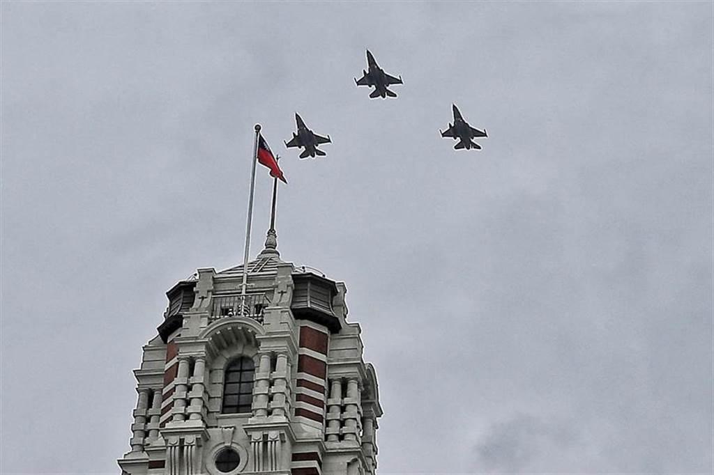 國慶預演,雷虎、F16飛越總統府。(圖/杜宜諳攝)