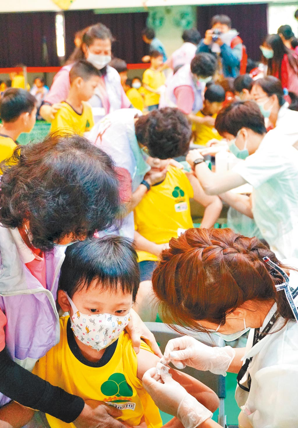圖為永春國小學童施打流感疫苗情形。(本報資料照片)