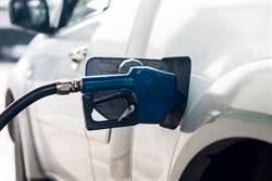 加油待車上較方便?網勸下車揭3關鍵:邊開邊漏油