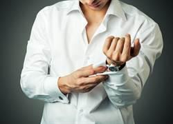 秋天新時尚?路人白襯衫「多層次穿搭」網驚呼:扣子太強大