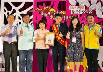 嘉市師鐸獎羅俊明夫妻同台受表揚 高材生獻花致敬