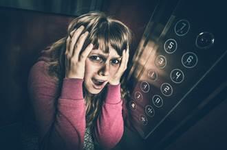 電梯故障受困 13歲男童蹲下寫作業模樣超淡定