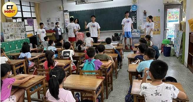福營國中科普社的社員們,正在台上教導偏鄉國小學童們科學常識。(圖/讀者提供)