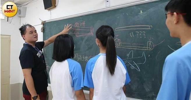 學生們在講台上演練教學過程,在黑板上畫著各種科學原理的示意圖,並且請老師來解說要如何解講。(圖/黃耀徵攝)