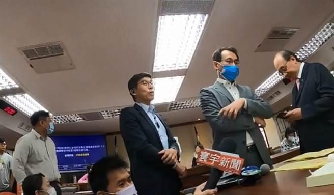 立法委員陳玉珍發現衛環召委選票蓋錯,藍綠爆發激辯。(圖/摘自陳玉珍臉書直播畫面)