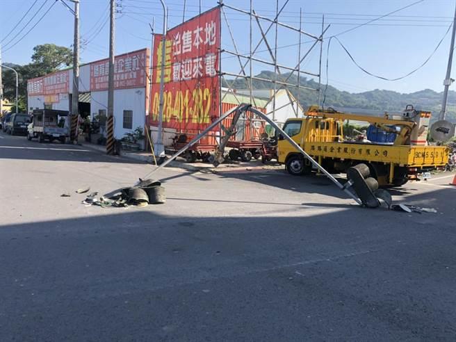 大貨車司機一時疏忽未將車斗放下,不慎勾扯電線造成2號誌桿倒地毀損。(民眾提供/巫靜婷苗栗傳真)